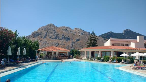 widok z basenu na góry