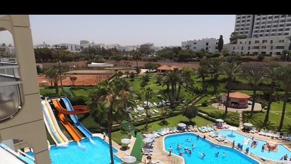Zadbane baseny i piękne widoki