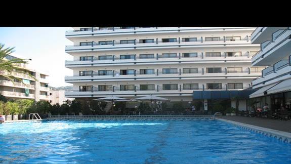 jeden z kilku hotelowych basenów