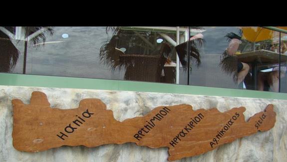 drewniana mapka królowej greckich wysp w  Star Beach Village