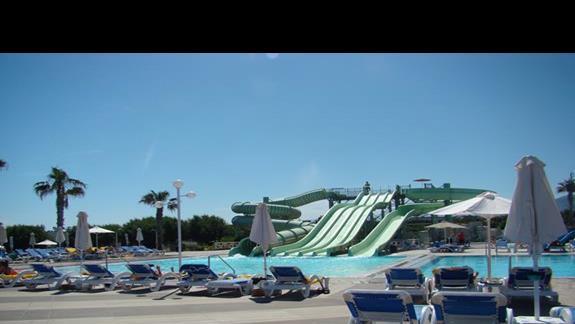 widok na większy basen i zjeżdżalnie  hotelu Lyttos Beach