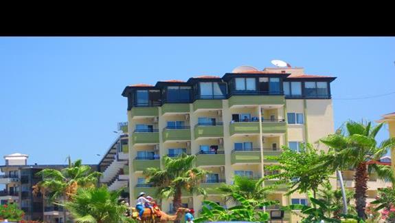 widok z plaży na hotel Krizantem