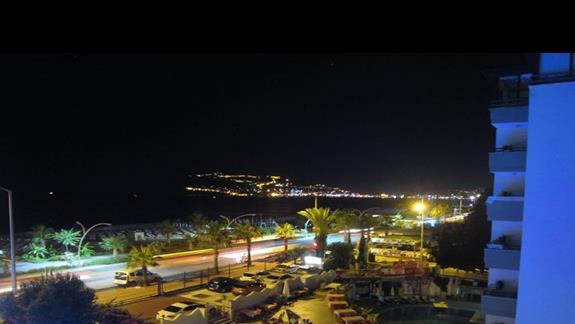 widok z pokojowego balkonu nocą