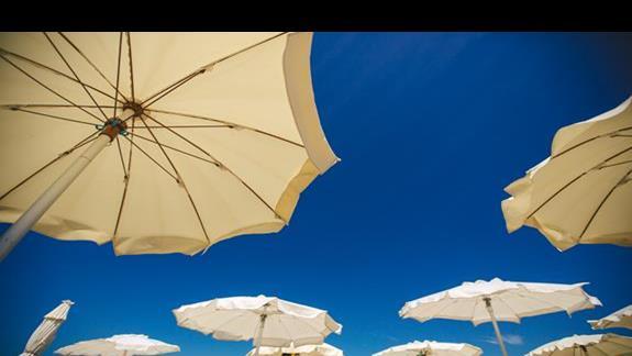 na hotelowej plazy, cisza spokoj, mało ludzi.