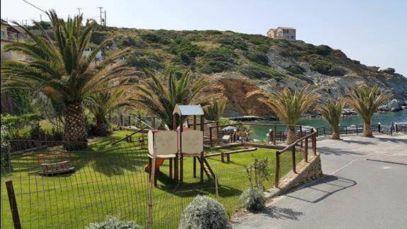 okolica placu zabaw i beach baru z widokiem na zatokę - Athina Palace
