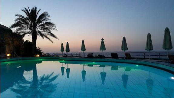 kolory zachodzącego słońca przy jednym z basenów Athina Palace