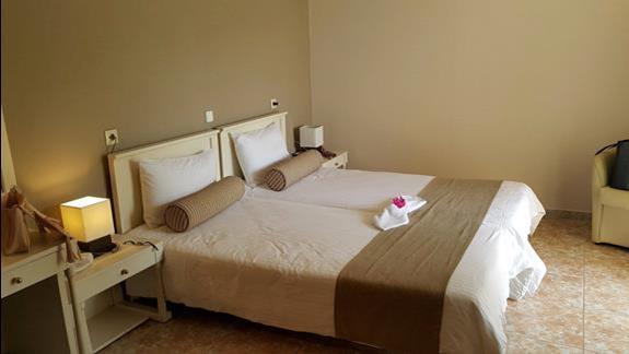 łóżko małżeńskie w pokoju dwuosobowym w Athina Palace