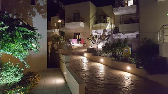 Hotel Platanias Village nocą