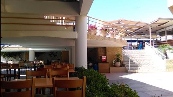 Restauracja hotelowa przestronna, można zjeść w przestronnym ponieszczeniu albo w kilku miejscach na zewnątrz. Po schodkach do baru, basenu i na plażę.