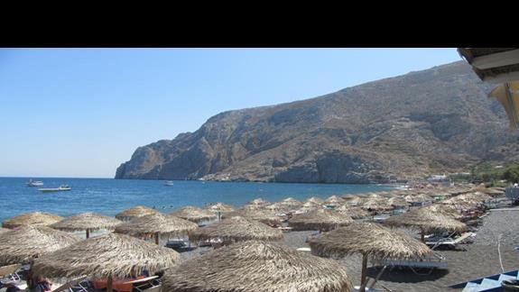 plaża, ciemne kamienie wielkości jajka, zejście do morza BARDZO ŚLISKIE-konieczne buty do wody