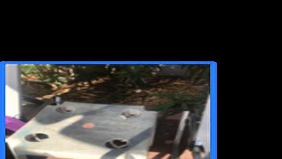 Stare połamane leżaki i wypłowiałe osmalone stoliki