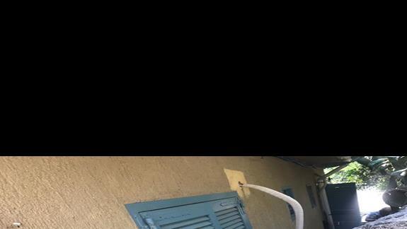 okno wychodzace na mur