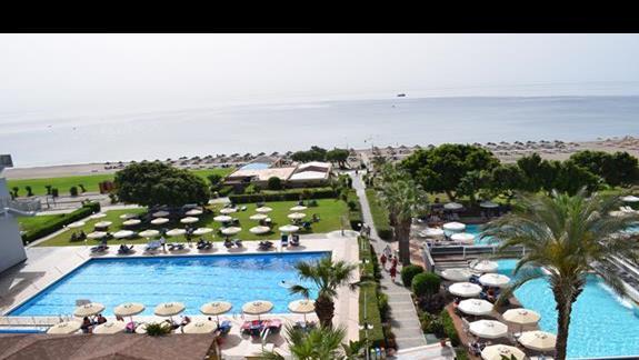 Widok na basen i morze z pokoju standard w hotelu Blue Sea Beach Resort