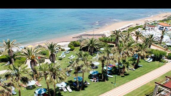 Teren hotelu przy  plaży