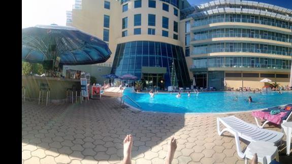 Widok z leżaka przy basenie