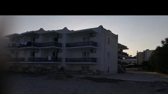 Hotel od strony plazy