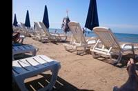 Hotel Menfi Beach Resort - plaża, dwa leżaki i parasol na pokój