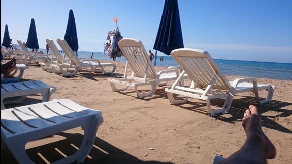 plaża, dwa leżaki i parasol na pokój