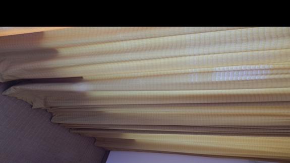 mało estetyczna zasłona i dywan