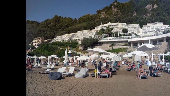 Widok na cały hotel z plaży