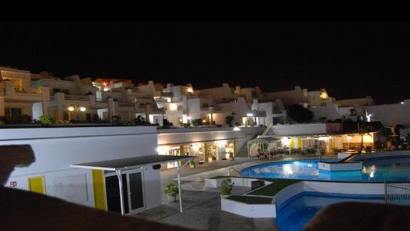 Widok na basen i restaurację z apartamentu