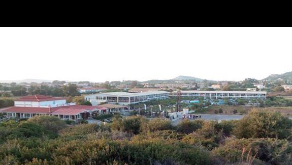 Widok na hotel z pobliskiej górki