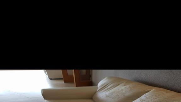 kanapa w holu 6 pietro