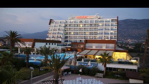widok hotelu z kładki na plażę