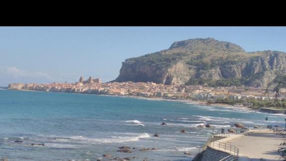 pobliska plaża i widok na miasteczko Cefalu