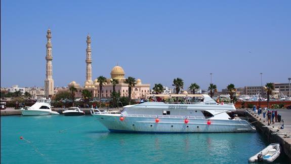 Marina w Hurghada, w oddali nowy meczet