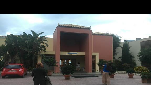 Wejście do hotelu Apostolata Island Resort&Spa