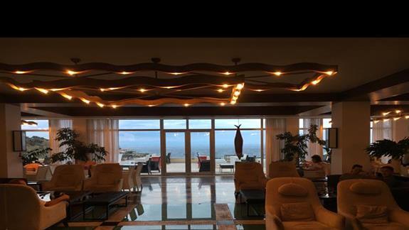 Lobby w hotelu Apostolata Island Resort&Spa