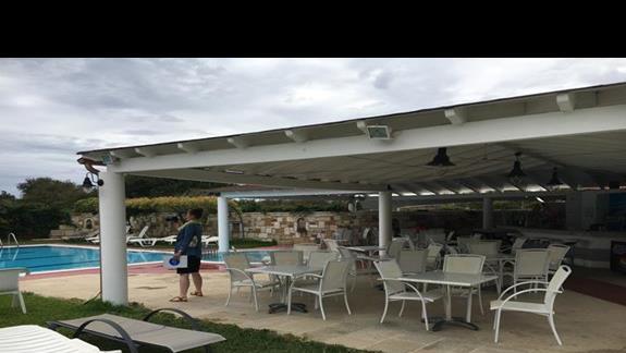 Bar przy basenie w hotelu Palatino