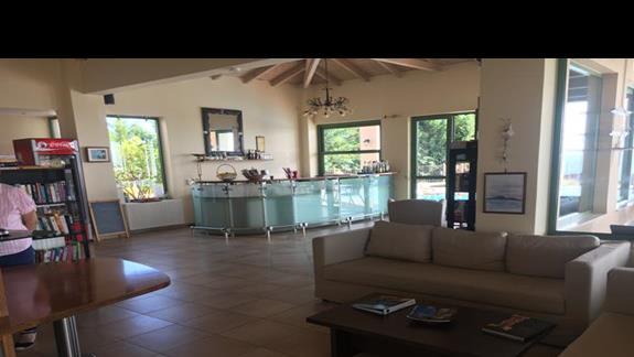Lobby w hotelu Livadaki Village