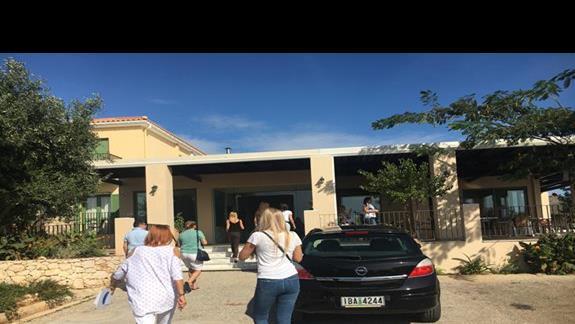 Wejście do hotelu Livadaki Village