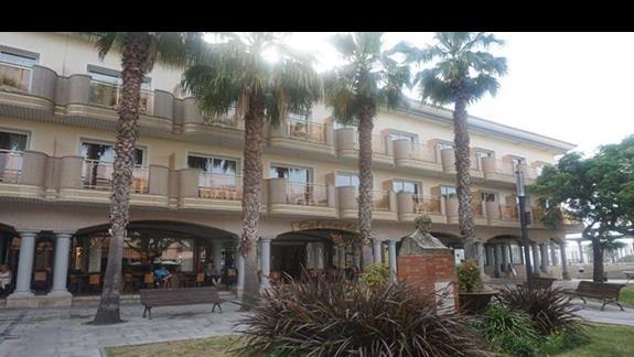 widok na hotel z ulicy