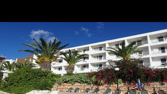 widok hotelu Mellieha Bay od strony ogrodu