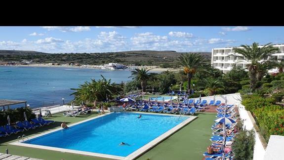 jeden z basenów w hotelu Mellieha Bay