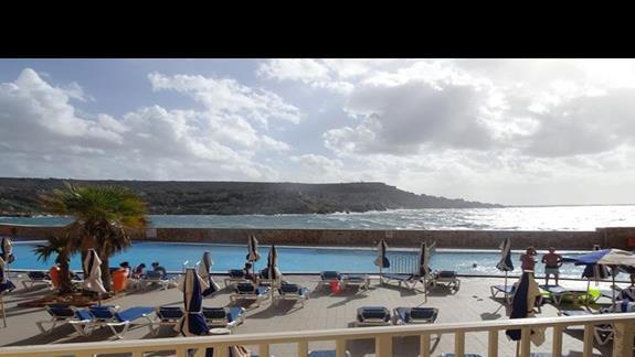 widok z okna na zatokę z pokoju w hotelu Paradise Bay