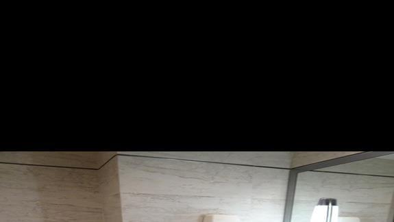 lazienka w pokoju standardowym w hotelu Maritim