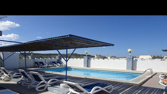 basen na dachu w hotelu Coral