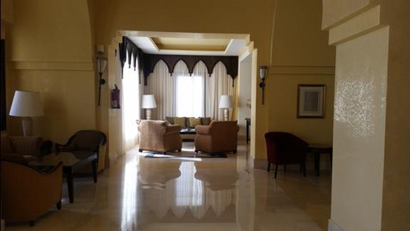 hall przy recepcji  w hotelu Jaz Lamaya Resort