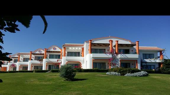 budynki pokoi hotelu Fantazia Resort