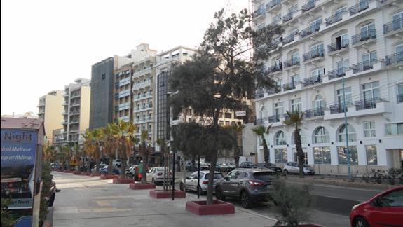 Deptak i ulica (w glebi hotel Strand)