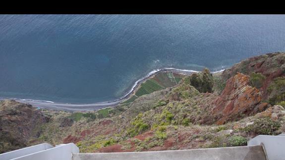 Widok w dół z klifu cabo girao madeira