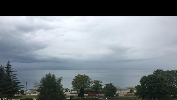 Widok z balkonu od strony jeziora Hotel Bellevue
