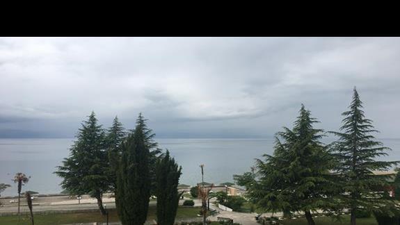 Widok od strony jeziora  Izgrev Spa & Aquapark