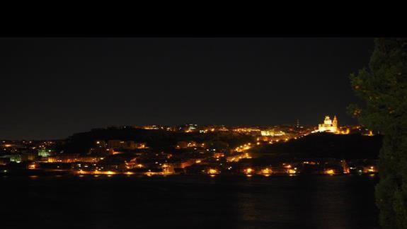 Widok z okna hotelu nocą